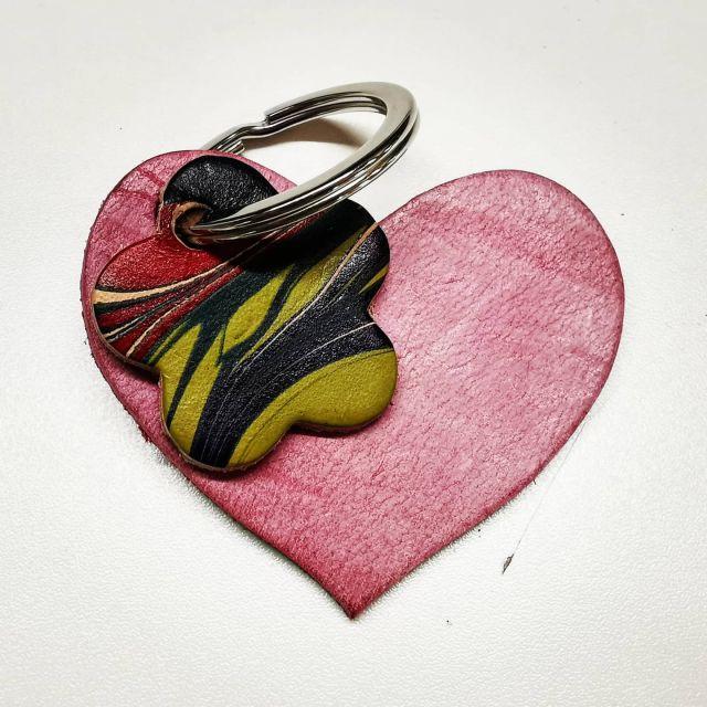 Ein Herz in der Tasche mit marmorierter Blume, alles naturgegerbtes Leder. Da geht kein Schlüssel verloren.  #schlüsselwächter#schlüsselanhänger #anhänger#pflanzlichgegerbtesleder #nachhaltigesdesign#marmoriert#marmoriertesleder#leatheraccessoires#fairfashion #nachhaltig#madeinaachen#madeingermany #mmunikat#missmarble#marmormuster