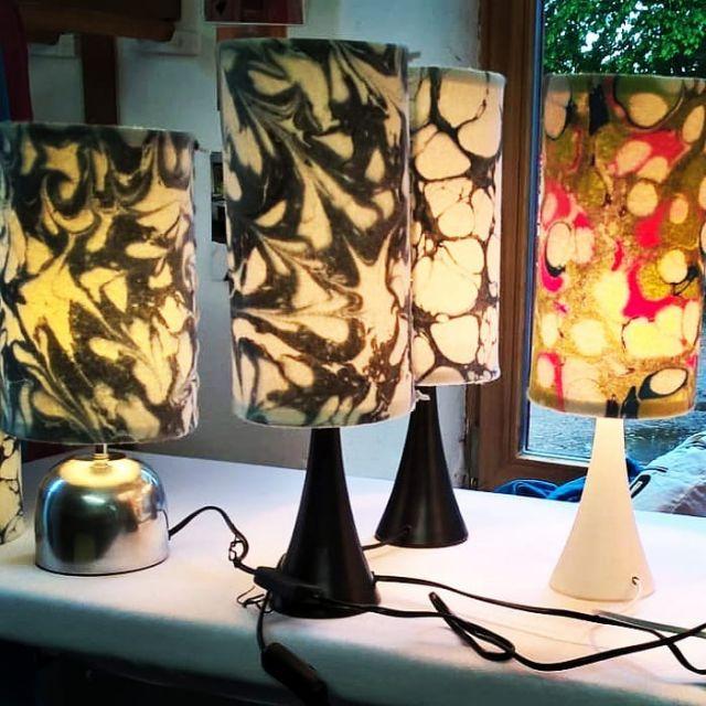 Wir testen gerade das Leuchten unsere Lampen im Atelier. Wie wirken die Muster...  #lampen #leuchten #pendelleuchte #stehleuchten #tischleuchte #lampenschirme #raumlicht #filzlampen #wollfilzlampe #madeingermany #marmoriert #buyhandmade #hingucker#handgefertigt #wohnraumbeleuchtung#slowfashion #stilvollwohnen#marmorierterfilz #textildesign#nachhaligkeit #handmade#designideen#lampenunikat #nachhaltig#mmunikat #missmarblelampen #lampenliebe #lampendesign#schoenerwohnen#marmormuster